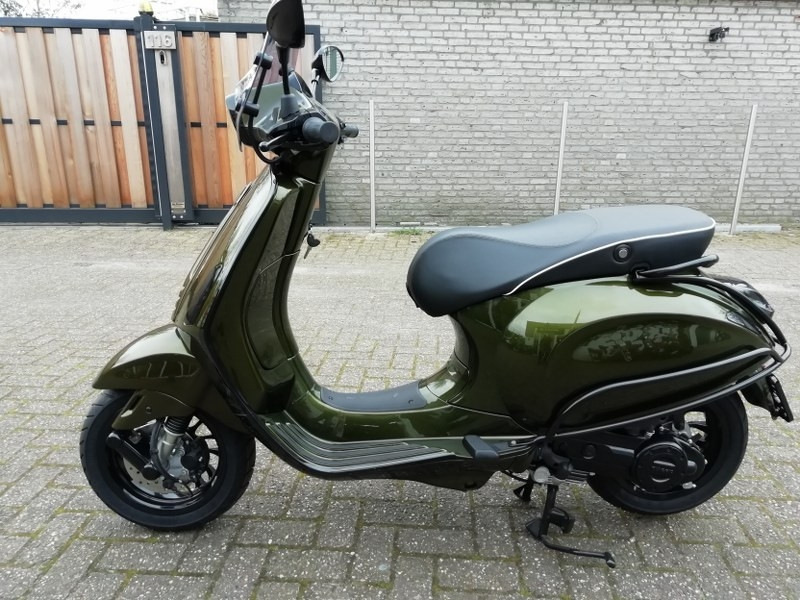 Custom Vespa Sprint PYTHON GREEN 25km I-Get. Full options